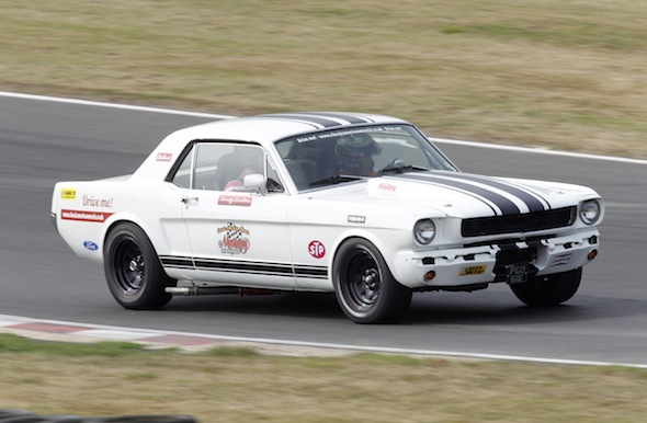 a meeting with a mustang behind the wheel of a true v8 legend aol uk cars. Black Bedroom Furniture Sets. Home Design Ideas