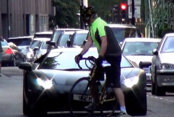 Video: Lambo and cyclist face off in London