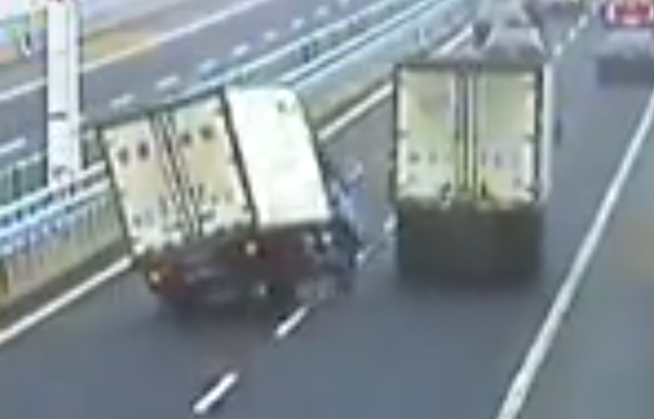 Video: Chinese lorry driver in dramatic near-miss