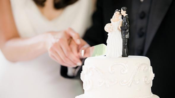 Young brides keeping their maiden names