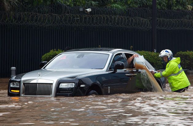 https://s.blogcdn.com/jp.autoblog.com/media/2013/01/rolls-royce-flooded.jpg
