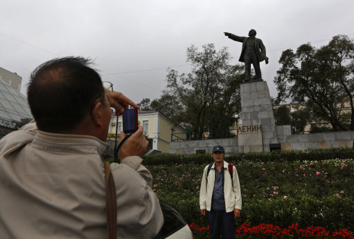 Chinese tourists in front of a Lenin statue