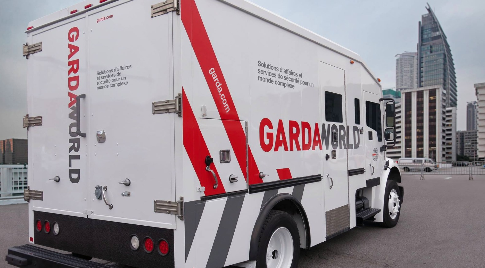 Money Falls Off Armored Truck After Cash Pick Up Aol News