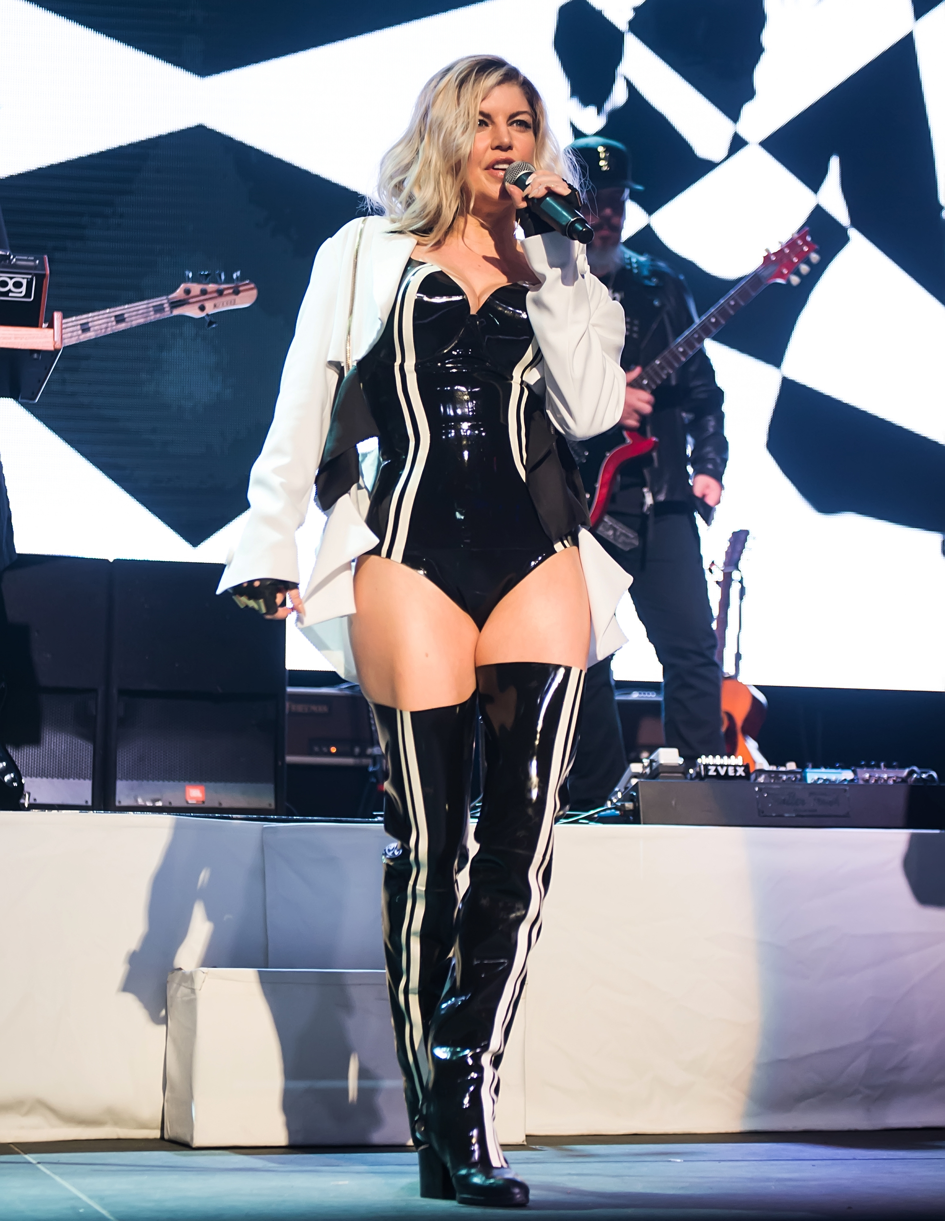 hot mama! fergie flashes her booty in leather leotard at concert