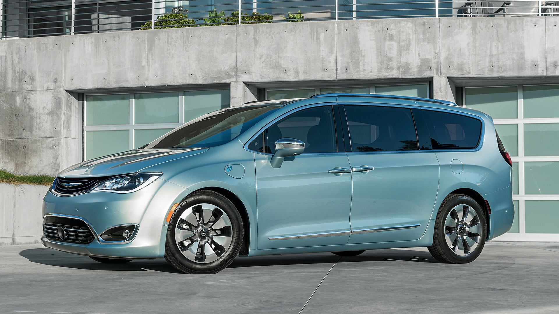 The Minivan Reinvented 2017 Chrysler Pacifica Hybrid First Drive Autoblog
