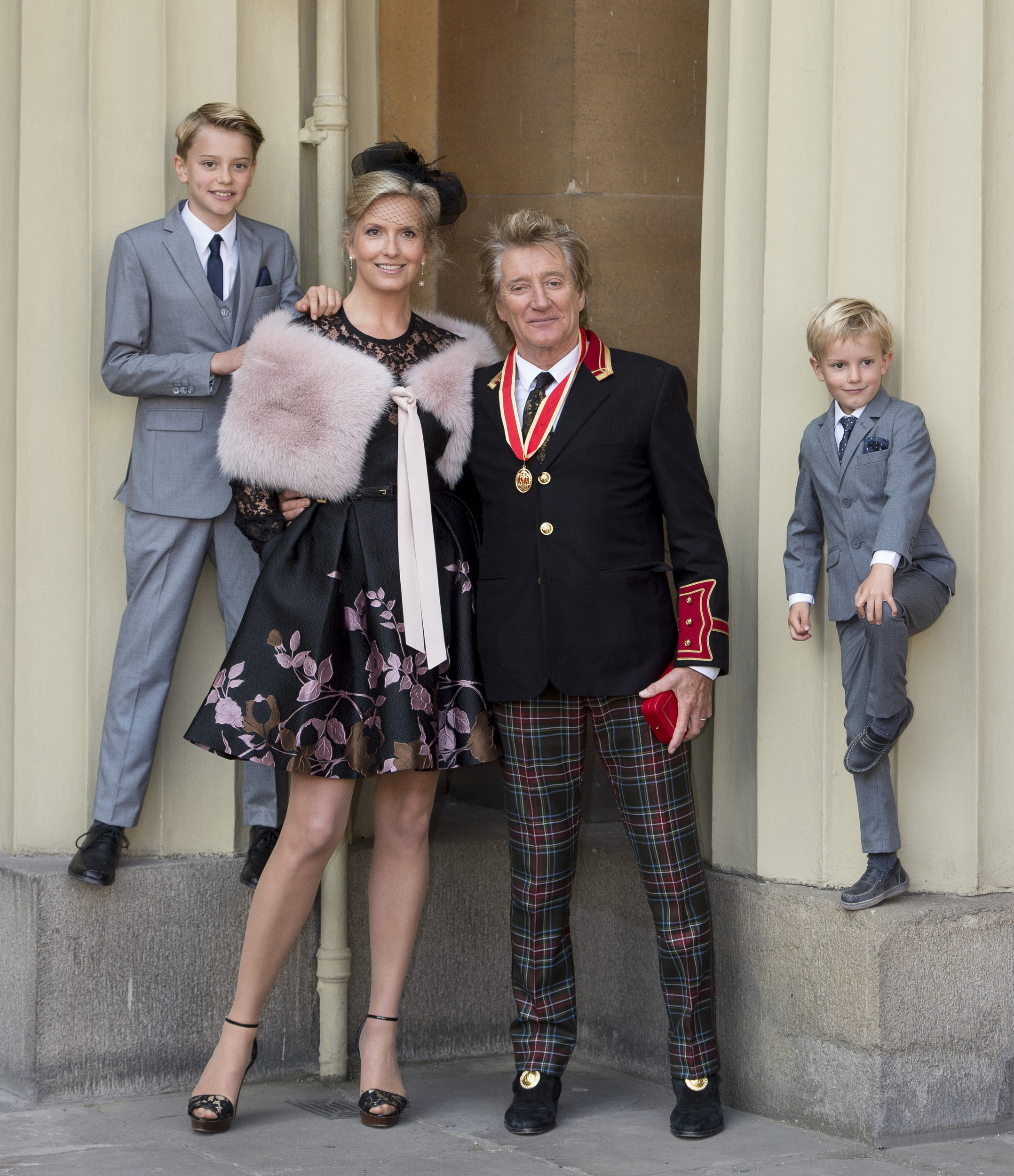 Rod Stewart poses for rare photo with his 4 sons and Penny Lancaster