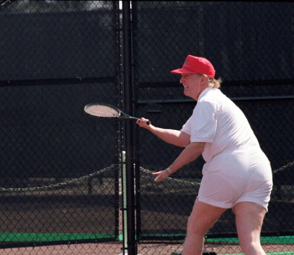 cette photo de donald trump qui joue au tennis refait