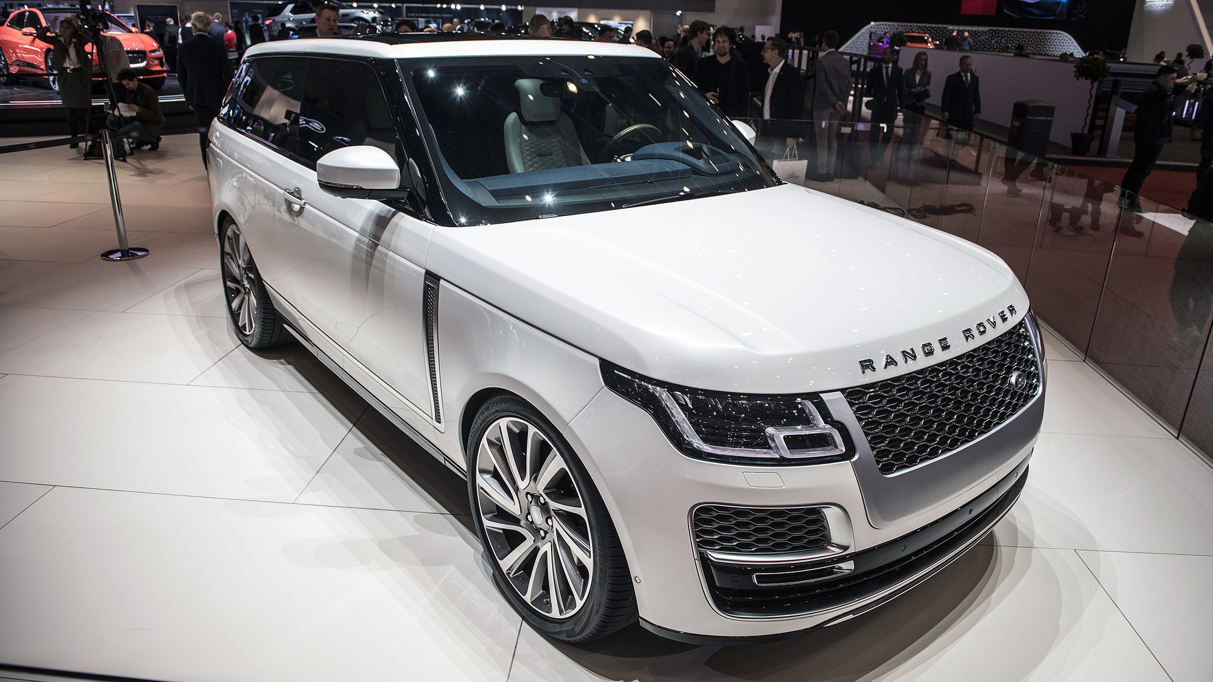 2019 range rover sv coupe geneva 2018 autoblog. Black Bedroom Furniture Sets. Home Design Ideas