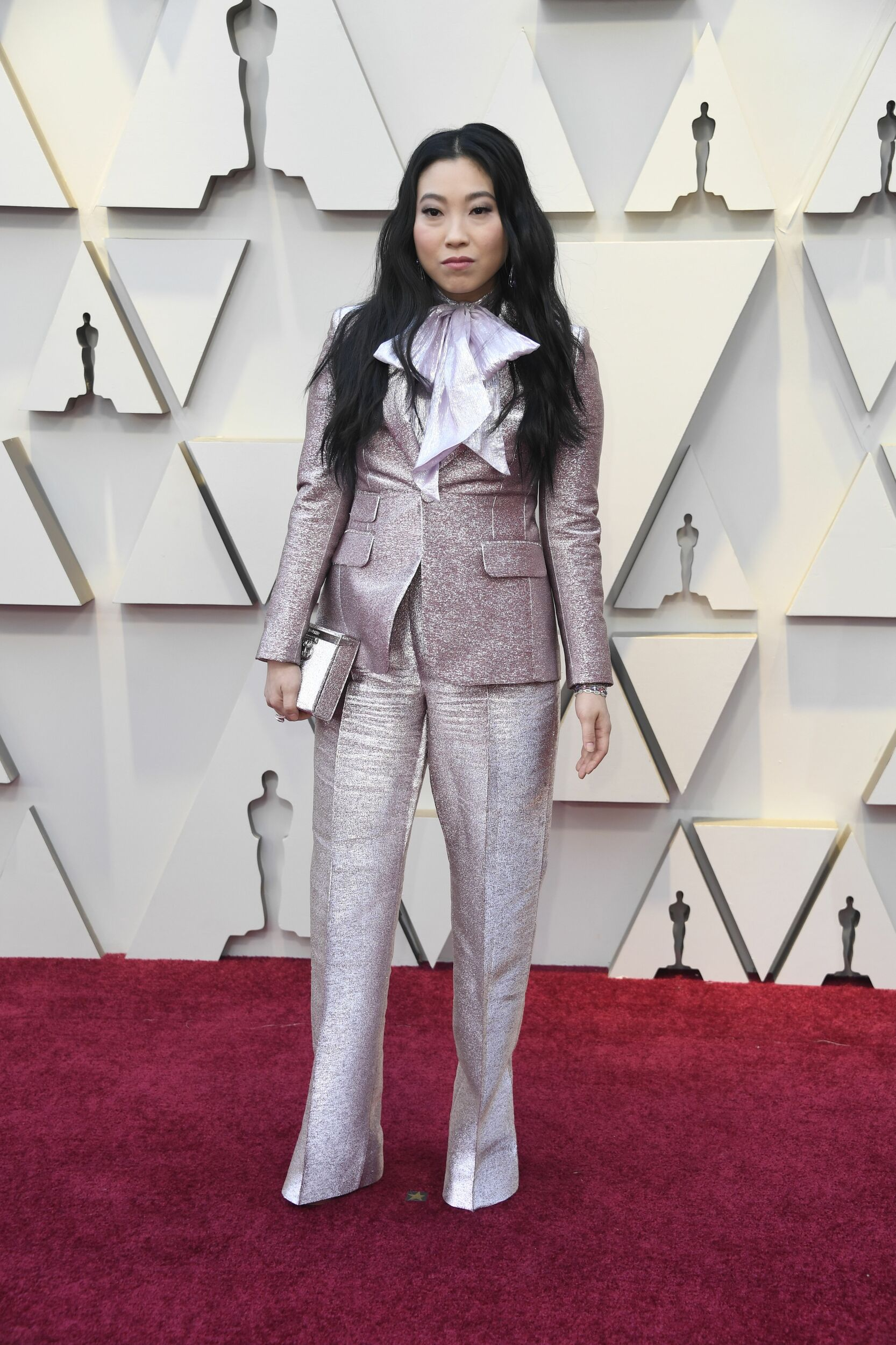 Awkwafina looked at Emilia Clarke and Michelle Yeoh s sparkly outfits and said: What if I took away the glam, added a giant bow to a pantsuit, and made sure my shoes were nowhere to be seen?