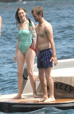 anne-hathaway-pics-swimsuit-holiday-yacht-capri-italy