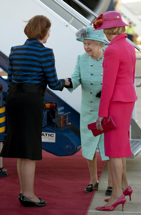 Australian PM under fire for not curtseying the Queen on her Oz tour