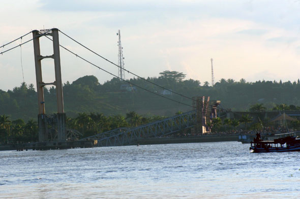 Kutai Kertanegara bridge, Indonesia's 'Golden Gate Bridge' collapses