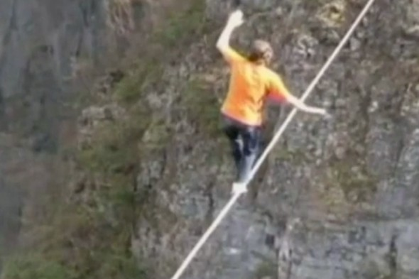 Video: Adrenaline junkie does 1,800m slackline with no safety harness