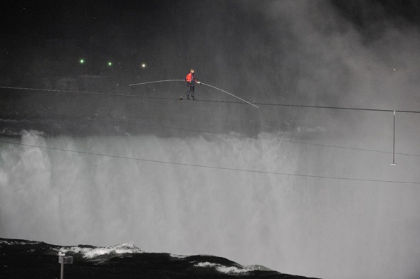 Tightrope walker becomes first man to cross Niagara Falls