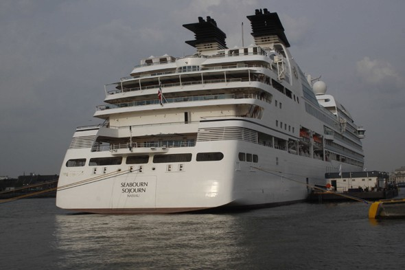 British cruise ship stopped from leaving Argentine port