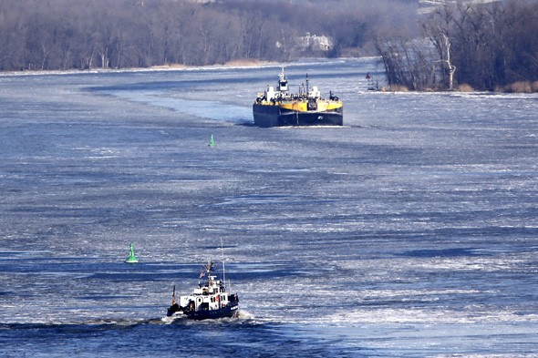 Plane crashes into Hudson River: two people rescued