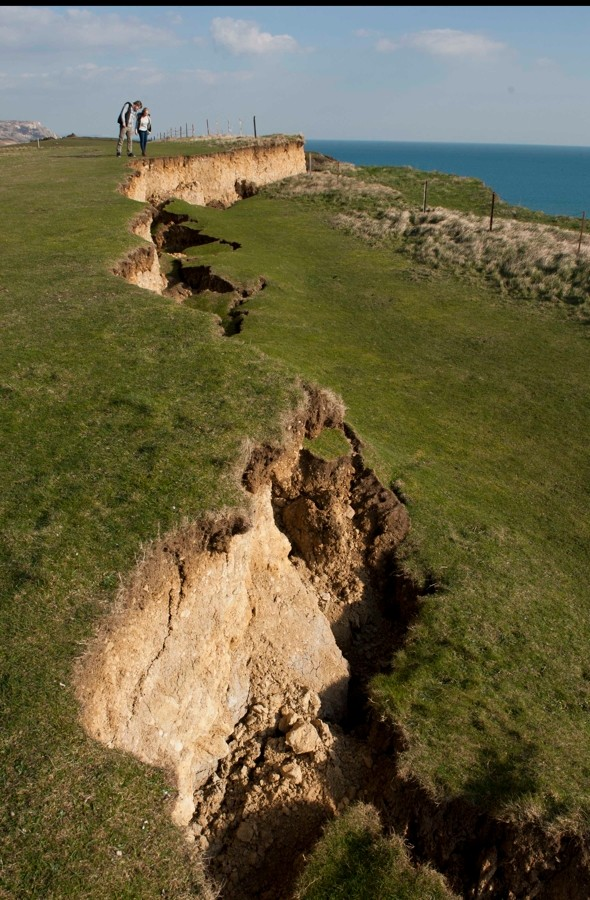 Huge 150ft crack appears on Jurassic Coast cliff top beauty spot after landslip