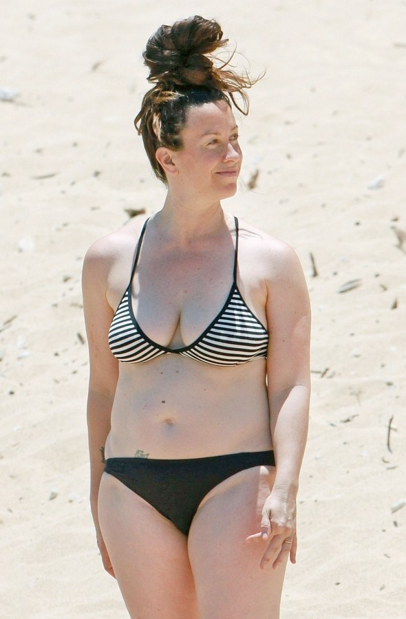 Alanis Morissette shows off curvy bikini body on holiday in Hawaii