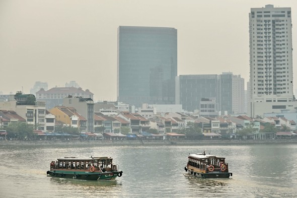 Video: Singapore 'chokes' in haze of smog from Indonesia fires