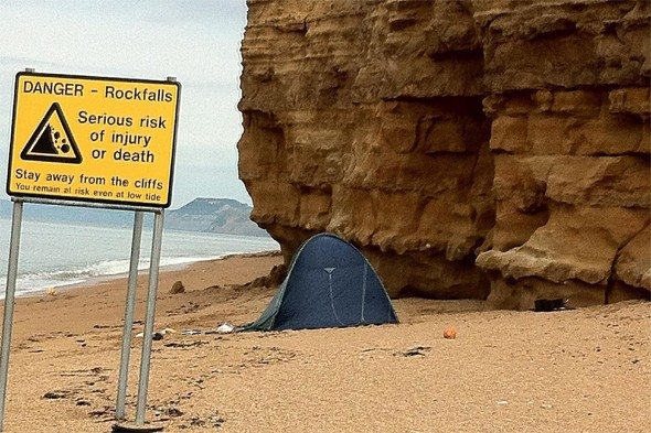 Parents with toddler pitch tent under dangerously unstable cliff in Dorset