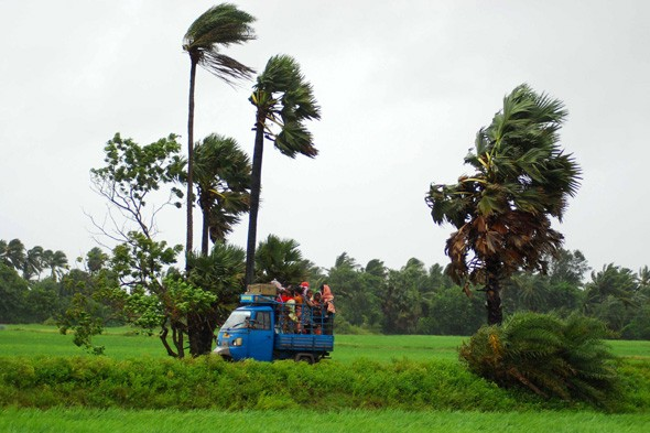Thousands flee as giant cyclone heads towards India