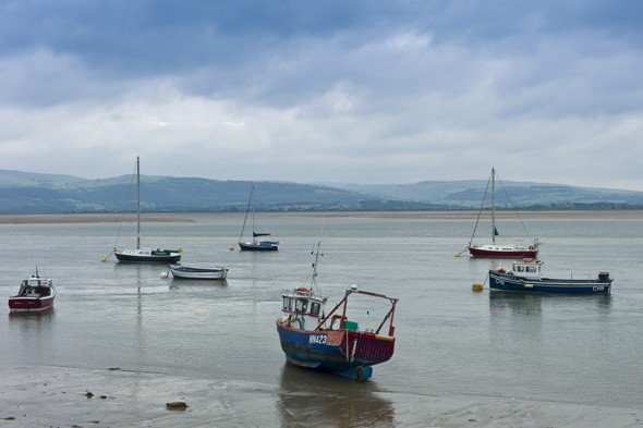 Four peope airlifted to hospital after boat capsizes in Wales