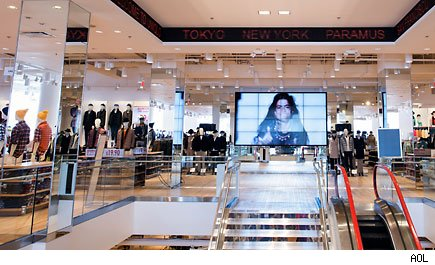 Uniqlo Jump Starts U S Mall Expansion With Huge New Jersey Store Aol Finance