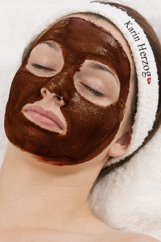 woman-with-chocolate-face-mask