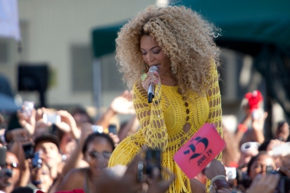 beyonce-yellow-hotpants-and-hair-central-park-new-york-good-morning-america
