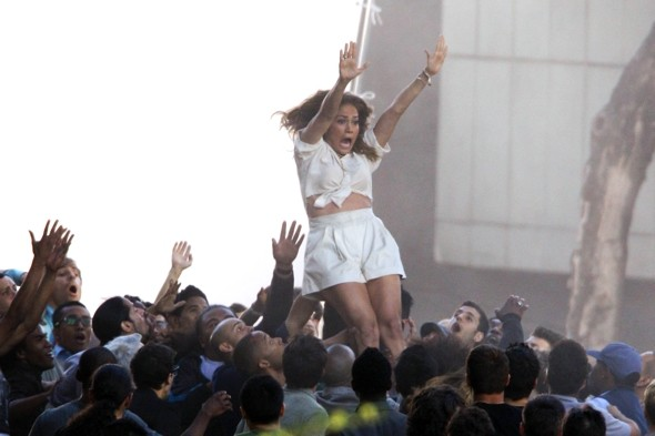 jennifer-lopez-crowd-surfs-new-video-papi