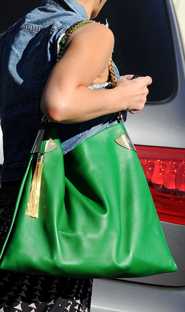 Street style: Jessica Alba and her giant green tote