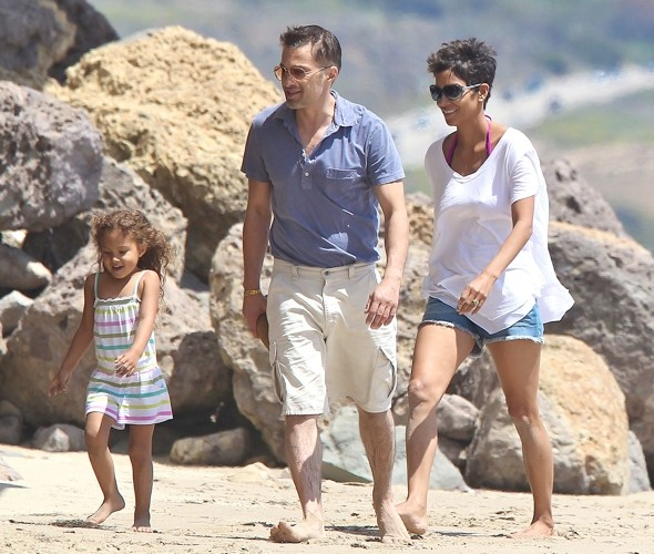 Beach chic: Halle Berry and Olivier Martinez show off their sand style