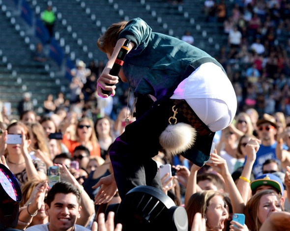 PICS: Justin Bieber takes low-slung jeans FAR TOO FAR