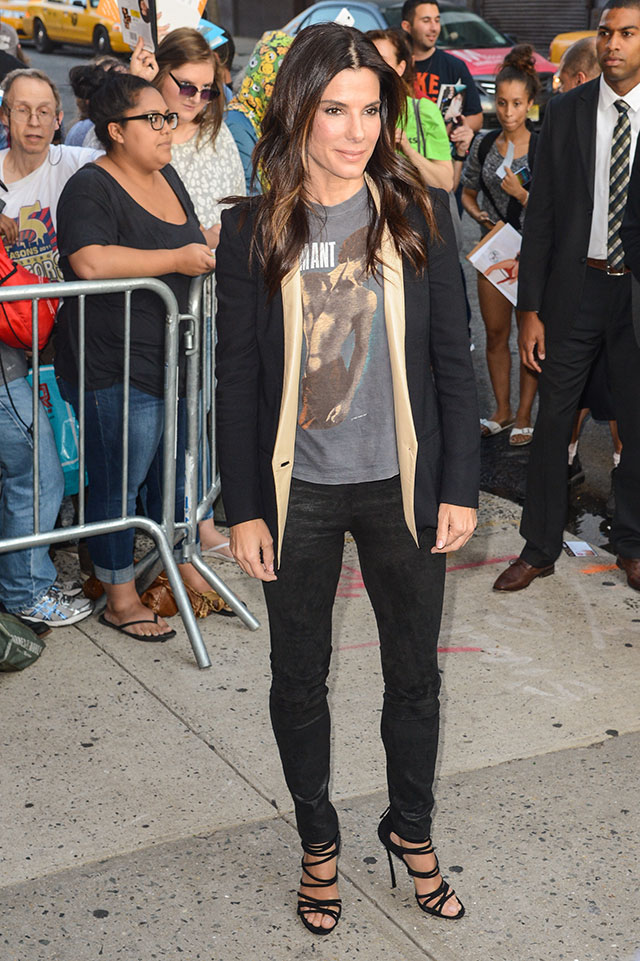 Sandra Bullock Wears T-Shirt And Skinny Jeans For The Daily Show