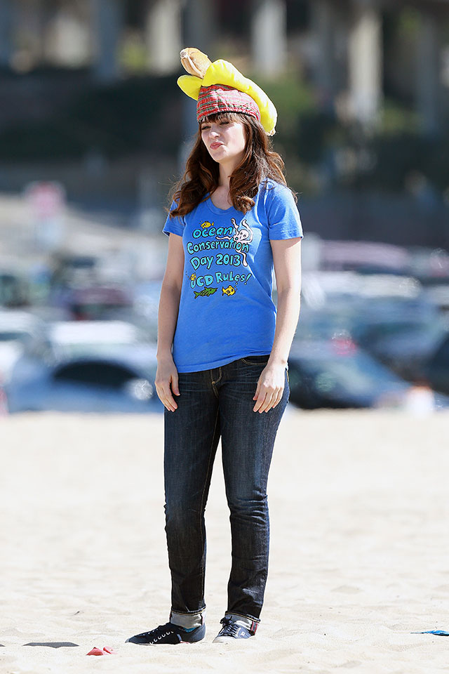 zooey deschanel films new girl with a hot dog on her head