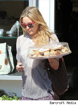 Kate Hudson, pregnant with pastries