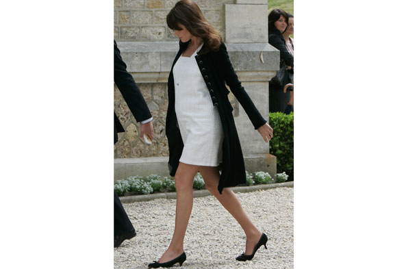 Pregnant Carla Bruni is looking swell as she shows off her bump