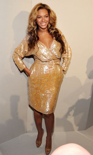 Pregnant Beyonce in gold dress