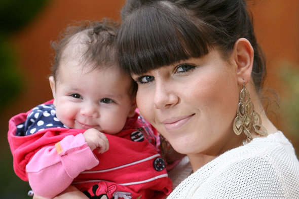 Daniella Jackson and daughter: Mum-to-be refuses lung cancer treatment to save unborn baby
