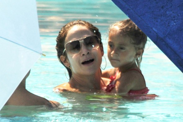 J.Lo plays in the pool with her twins
