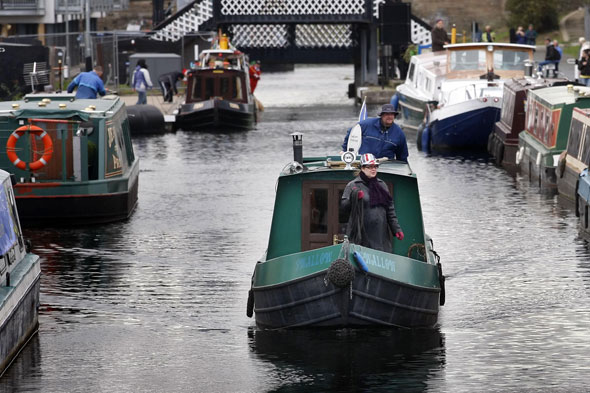 Schoolgirl jumps into Union canal at Ratho to escape sex attacker who grabbed her