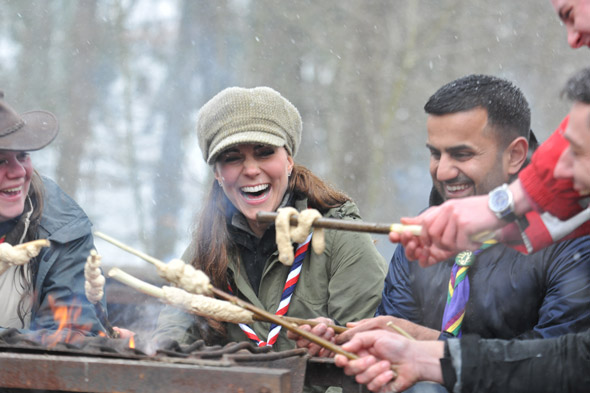 Pregnant Kate Middleton meets Scouts in the snow