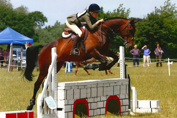 Teen event rider dies after falling from her horse