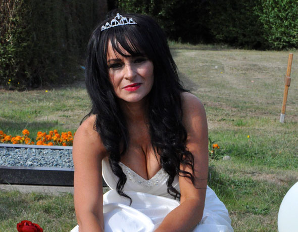 Bride took her 70 weddings guests to her mum and dad's gravesides